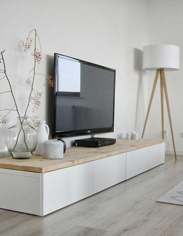 weißer schöner Tv Schrank und tolle Lampe