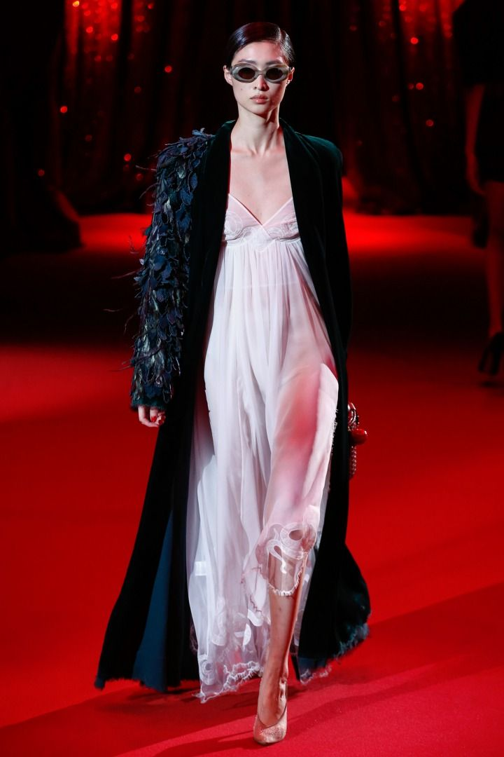 Ulyana Sergeenko İlkbahar/Yaz Couture 2017 defilesi Paris Couture Haftası kapsamında sunuldu. Gelecek sezona yön veren tasarımcılar, koleksiyonlar, podyum arkası detayları ve daha fazlası için takipte kalın.