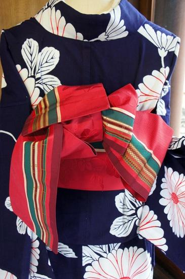obi like like like!!!! ...こくと深みのあるピンク色に近い赤色の地に、ターコイズグリーンが美しく映え、白やブラウンがナチュラルで落ち着いたムードをプラスしてくれるカラーリングも美しく、花枝と縞模様が織り出された夢二好みの半幅帯です。