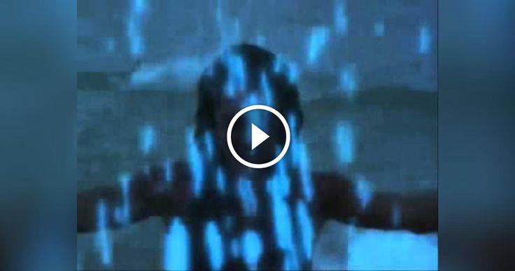 Laguna Blu, e' un film del  1980 con protagonisti  Brooke Shields e  Christopher Atkins , che narra le vicende di due ragazzi che da piccoli naufragarono su un' isola deserta , e crescendo si