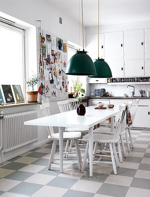 Que tal um piso quadriculado cinza branco?