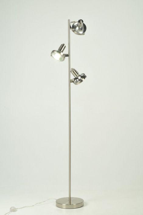vloerlamp 70754: Bijzonder functioneel en bijzonder zuinig!  Deze ENERGIE BESPARENDE 9 WATT vloerlamp is gemaakt van geschuurd staal en heeft 3 spots. De stalen spots zijn te draaien en te kantelen zodat u de lichtbundel naar eigen wens kunt richten. De lamp is voorzien van energiezuinige lampen en heeft een voetschakelaar.