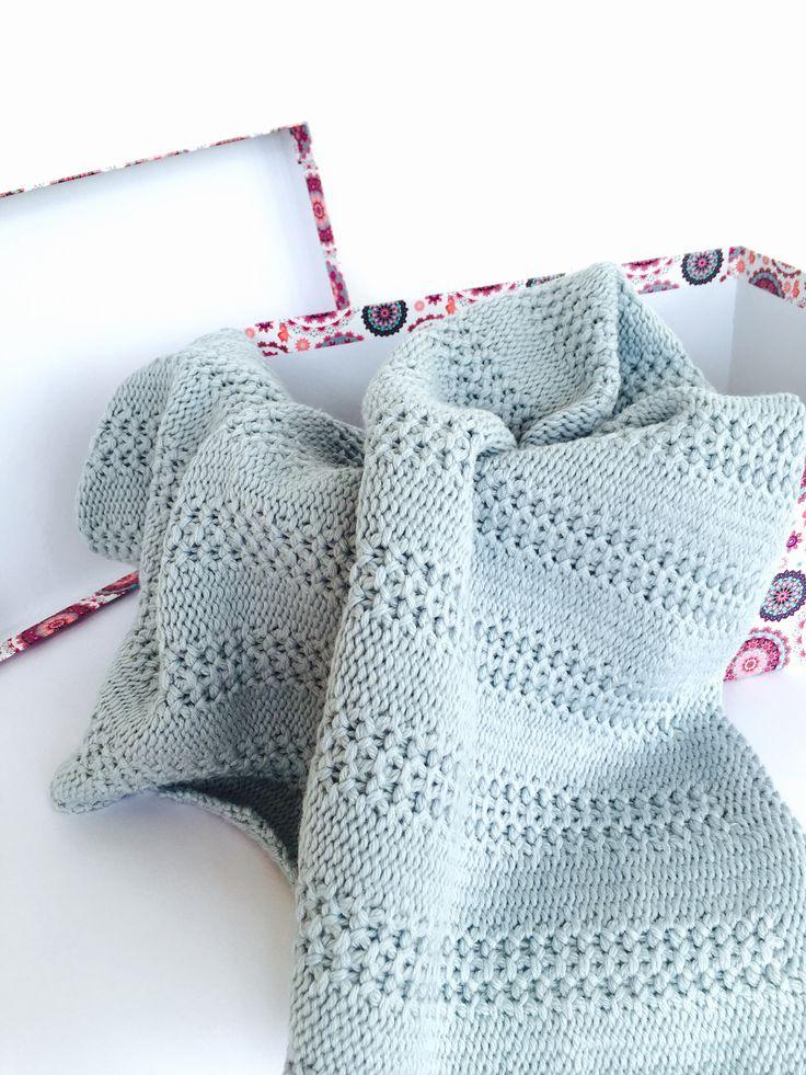 Alpaka a merino přispůsobená pletená dětská deka Tato pletená přikrývka bude pro vaše dítě nejlepší kamarádkou :) na procházce nebo na posteli. 30% dítě alpaky a 70% merino vlna extrafine. Pro tuto přikrývku byla použita příze italského Pecci filati. Je to zvláštní pro dítě. Velikost je 65 x 90 cm. Pokud chcete, můžeme personalizovat přikrývku.