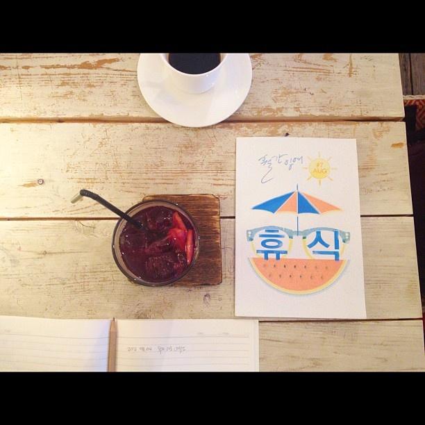 샹그리아와 월간잉여와 공책과 커피.