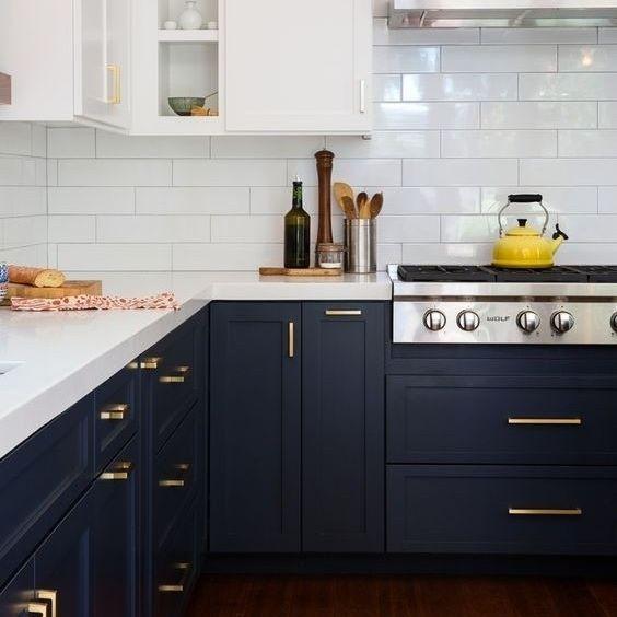 Upgrade na cozinha pintando os armários da bancada de azul marinho e trocando os puxadores por esses dourados.