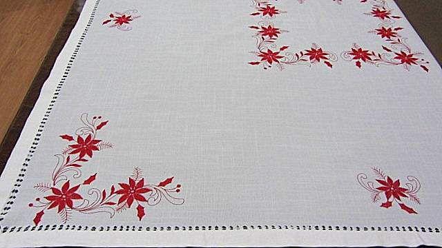 Mantel de Navidad bordado con la flor de pascua sobre tela beige y ...
