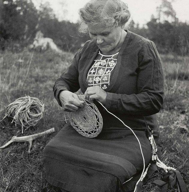Sami woman Maria Larsson i weaving a basket in Tossåsen Sameby, Jämtland, Sweden. Samiske Maria Larsson fletter en kurv, Tossåsens sameby, Jämtland, Sverige. NMA.0045156 by saamiblog, via Flickr