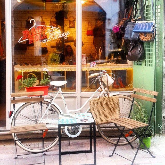 Hafta sonu için Balat önerilerine devam ediyoruz.. Balat'ta birçok antika ve vintage ürünler bulabileceğiniz sevimli dükkanlar var.  Tozlu Raflar Antique,  Ragn'n Roll Hand and Vintage, Yahudi Çarşısı (Çıfıt Çarşısı), Sahi İstanbul görülecekler listenize eklensin! #balat #istanbul #travel #kesif