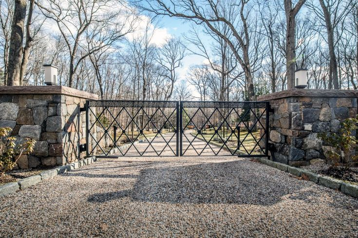 Best 25 metal driveway gates ideas on pinterest front for Ready made driveway gates