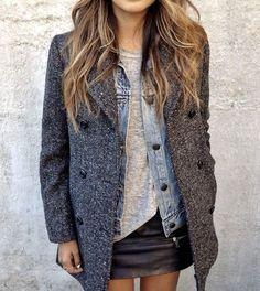 Manteau gris à chevrons >> http://www.taaora.fr/blog/post/manteau-gris-chevrons-hiver-2016-idee-tenue-blogueuse-mode : le bon look avec une mini-jupe en cuir noire, une veste en jean et un t-shirt gris chiné.