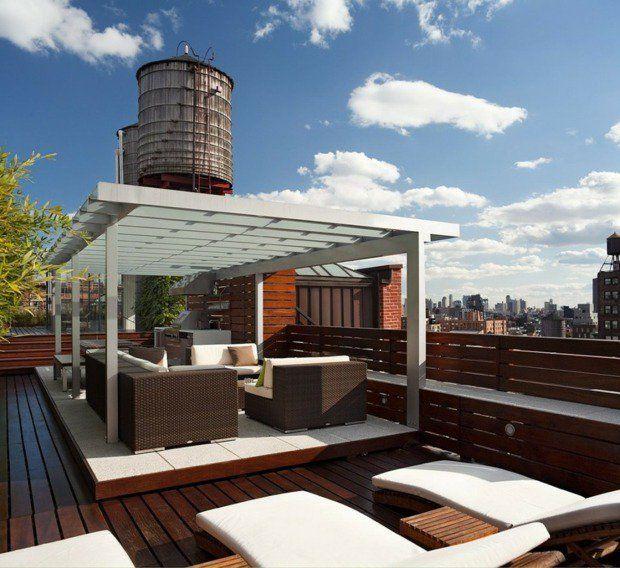 Exemple urbain typique, avec la terrasse sur le toit, complétée par une pergola simple et des meubles confortables
