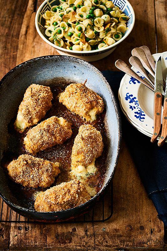 Wij mogen alvast een lekker gerecht uit dit boek delen: gevulde kiprolletjes. Verwarm de oven voor op 180 graden. Vet een ovenschaal in met wat olijfolie.