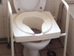 ΚΑΘΙΣΜΑ πρόσθετο τουαλέτας Ashby Commode Seat. Πολύ καλή ποιότητα, πολύ γερή, καλή κατασκευή. Πλάτος 57, Βάθος 50, Ύψος καθίσματος 50, συνολικό ύψος 70. Πλάτος απόληξης 25, βάθος απόληξης 28. Για κανονική λεκάνη τουαλέτας (βλέπε φωτό). Σε καλή κατάσταση. Παραδίδεται και στο χώρο σας με μικρή επιβάρυνση κατόπιν συνεννόησης, τιμή 40€