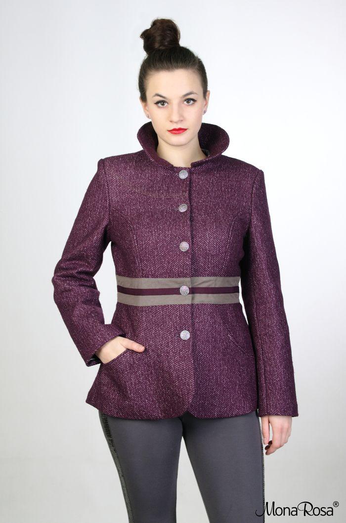 VIOLET - vlněný kabát Zimní vlněný kabát s límečkem z kolekceFall - Winter 2013|14. Kabátek je ušitý z fialové žíhané vlny, má výraznou pasovou část, která je vyrobená ze světle hnědého gabardénu a rypsové stuhy. Kabátek je princesového střihu, ve švech jsou vytvořeny kapsy. Zapíná se na kovové knoflíčky s reliéfem kytičky, vytváří patinovaný efekt. ...