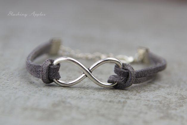 _**Ein wunderschönes filigranes Armband. Das Armband ziert einen Anhänger in Form von dem Unendlichkeitszeichen in der Farbe sSilber.**_  Das Armband ist insgesamt ca. 22,5 cm lang und wird mit...