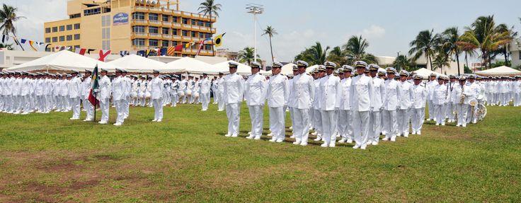 Oficiales de las licenciaturas en Piloto Naval y Maquinista Naval de la Marina Mercante Nacionalforman parte de la generación 2010-2014 de la Escuela Náutica Mercante Fernando Siliceo y Torres.