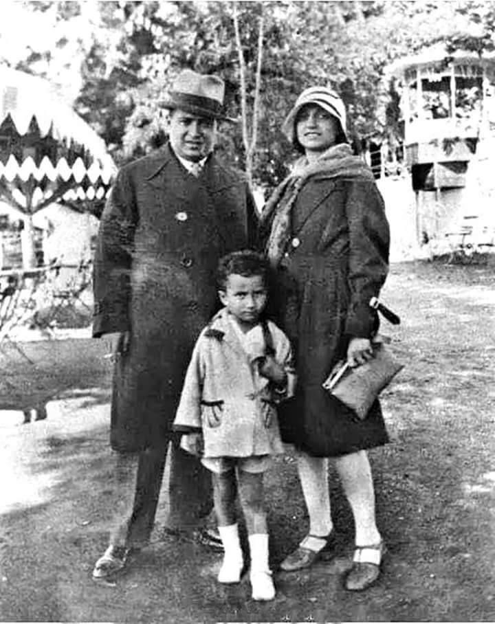 Bülent Ecevit babası Prof. Dr. Mehmet Fahri Ecevit ve annesi Ressam Fatma Nazlı Ecevit ile.
