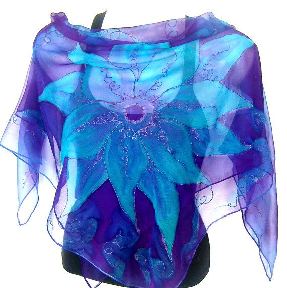 Zijden chiffon sjaal, pure, lichtgewicht en delicaat, 35 vierkant, bloemen, een overzicht van de grote bloem met glittery paars, hand geschilderd in turquoise en paars, chique en mooi, een van een soort, vrouwen modeaccessoire, handgemaakt door Silkshop op Etsy.  Deze sjaal is een van een soort item, moderne en jeugdige, adembenemende accessoire. De sjaal is gemaakt van chiffon en maatregelen van 90 x 90 cm (1 cm = 2,54 inch - app. 35 x 35). De randen zijn hand ingesloten.  Om te zien mijn…