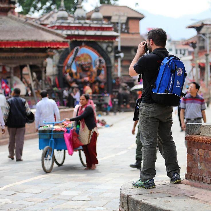 Memories of #Kathmandu una città tutta da fotografare. #nepalroutes quante cose avrei voluto immortalare. www.nepalroutes.com #visitnepal  Special guest @arsunica2016 grazie per questo zaino personalizzato!