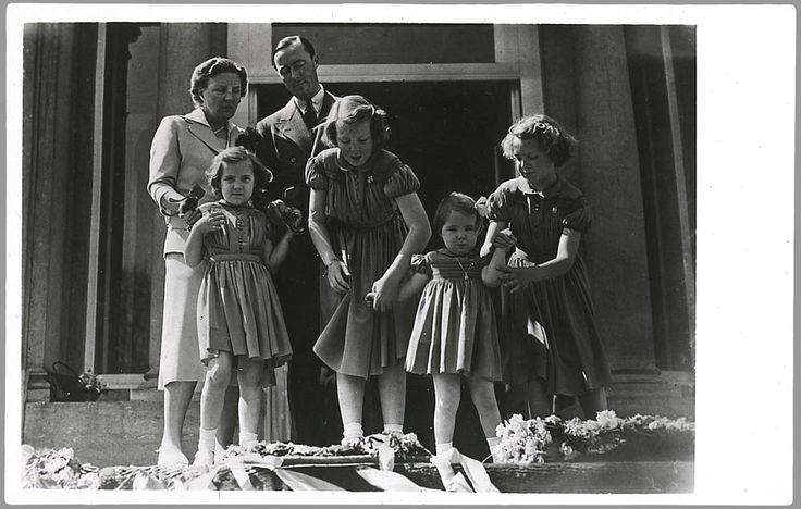 Het koninklijk gezin op het bordes van paleis Soestdijk tijdens het jaarlijkse defilé ter gelegenheid van de verjaardag van de koningin