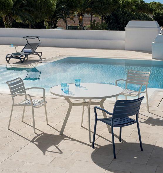 Tavolo rotondo in alluminio con foro centrale per ombrellone. Ethimo - Ocean