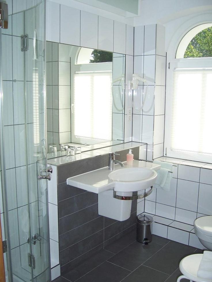 Alle Zimmer verfügen über die Grundausstattung, wie ein gut ausgestattetes Duschbad, TV/Radio, Telefon und ISDN-Anschluss, hinaus ihre individuelle Note. Sogar Allergiker können bei uns bedenkenlos durchatmen.