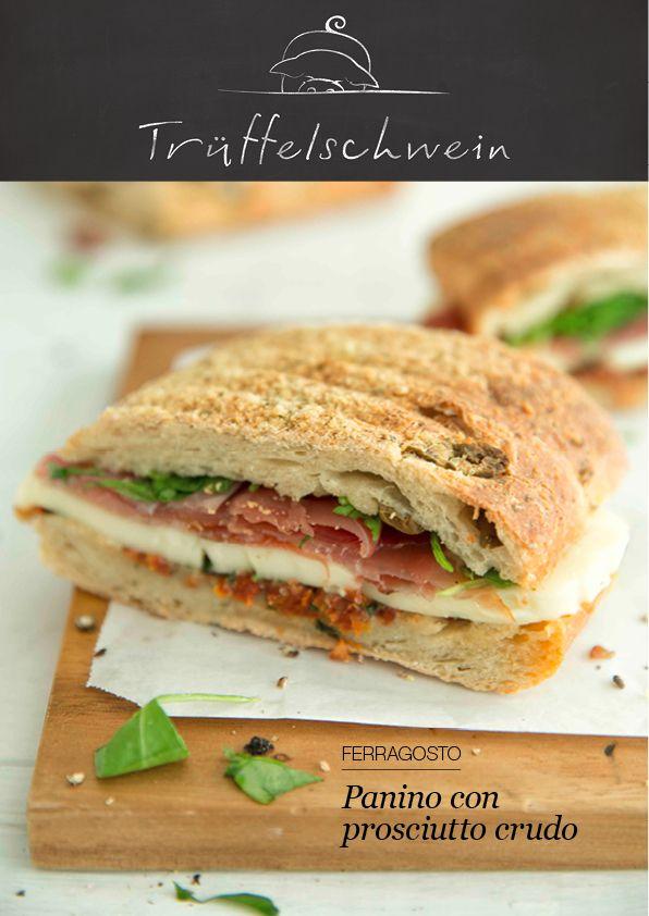 Sandwich auf Italienisch: Knusprige Ciabatte mit Tricolore-Füllung aus getrockneten Tomaten, Basilikum, Mozzarella, Rohschinken und Rucola