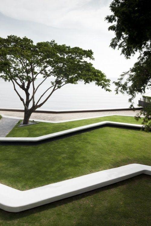 Wunderschönes Spiel mit verschiedenen Ebenen in einem Garten mit hügeligem Gelände - Stufen können auch als Sitzgelegenheit genutzt werden