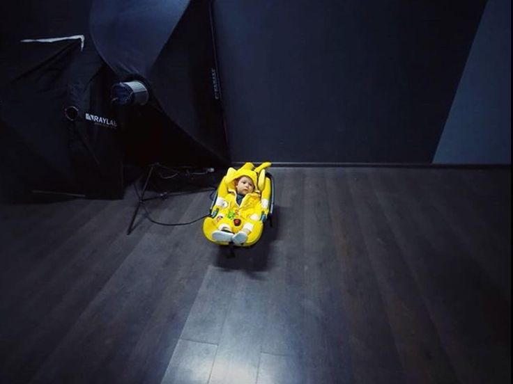 No sondear he is on the spotlight   #photography #set #photoset #spotlight #flashlight #standout #highlight #yellow #specialedition #concordcarseats #concordair #concordairsafe #airsafe #babyproducts #carrycot #lightness #baby #cutebaby #repost from @v
