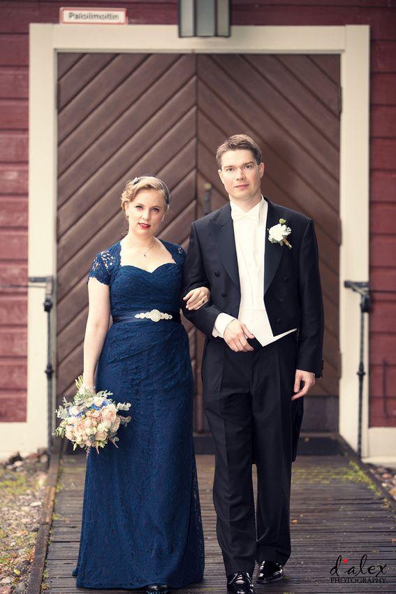 Bride & Groom at Porvoo Cathedral #vintage #finland #porvoo #summer #wedding #kialamannor #kiialankartano