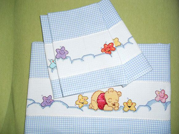 Lenzuolino culla Winnie the Pooh decorato a mano con la tecnica del punto croce. Handmade cross-stitch baby bed sheet.