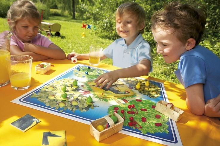 Ovocná záhrada - HH4170 Kooperatívna hra pre 2 až 8 hráčov od 3 rokov. Hru vyhrávajú alebo prehrávajú deti spoločne.