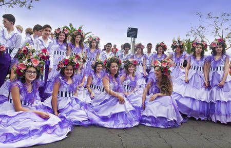 Funchal, Madera - 20 kwietnia 2015: Wykonawców z kolorowe i wyszukane stroje, biorąc udział w paradzie Festiwal kwiatów na wyspie Madera, Portugalia — Obraz stockowy #73665255