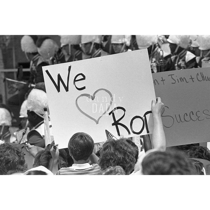 Pres. Ronald Reagan III Ronald Reagan annuncia il suo programma politico presso Bloom High School. La folla è in festa. Tutti ascoltano il discorso del presidente con  assoluta attenzione.
