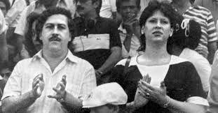 28.nov.2013 - Foto sem data do narco traficante Pablo Escobar com sua mulher, Victoria Eugenia Henao, durante jogo de futebol em Medellín, na Colômbia