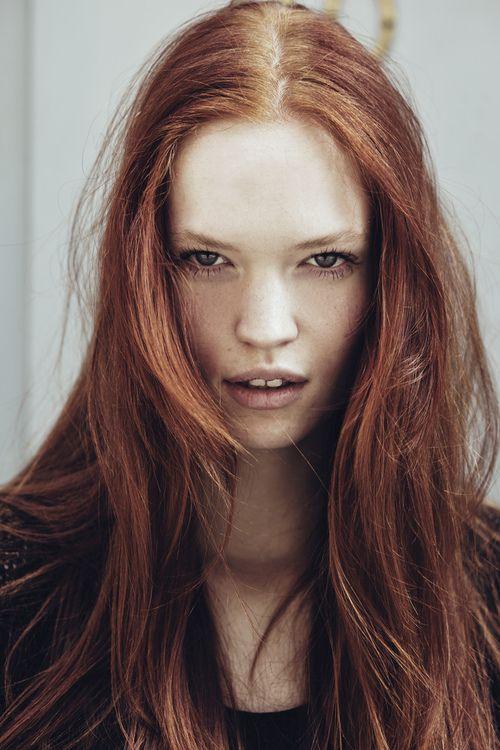 Hairy Redhead Älterer Sex am Tisch