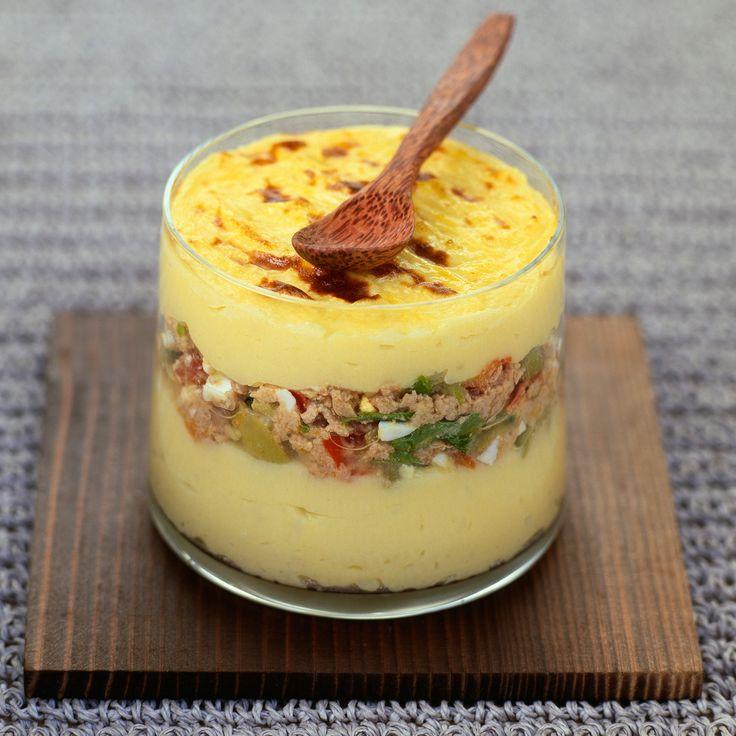 Parmentier de thon (pommes de terre, oeuf, thon, oignon, poivron vert, poivron rouge, lait, beurre, parmesan, crème, persil, muscade)