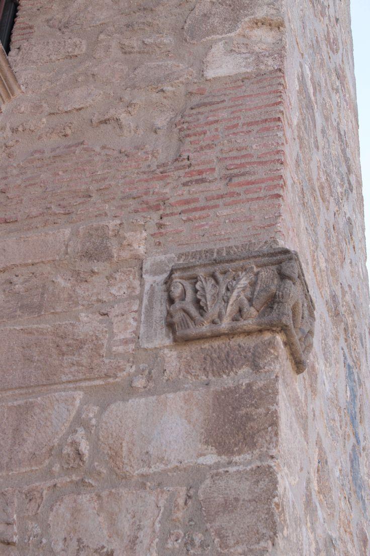 Colegiata de Santa Maria la Mayor.Detalle de fachada.  Se encuentra situada en donde estuvo un templo del antiguo foro romano, posiblemente dedicado a Júpiter