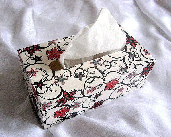 Flori abstracte culori rosu si negru pe fond alb, cutie lemn servetele