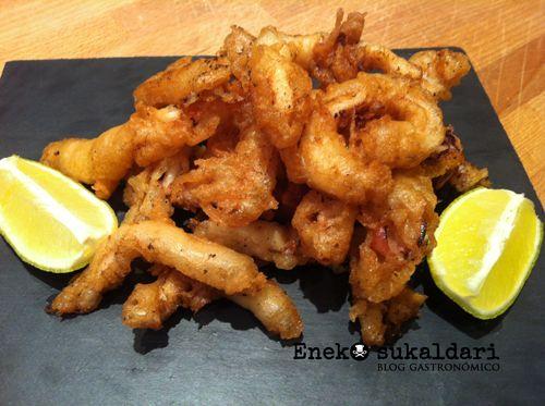 Receta para hacer unas rabas caseras de calamar tiernas por dentro y super crujientes y doradas por fuera. El aperitivo ideal para casa.