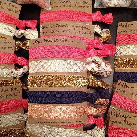 Ces serre-cheveux est un fabuleux moyen de montrer à vos demoiselles dhonneur combien ils signifient pour vous ! Ils peuvent être personnalisés pour votre mariage à vos couleurs, avec les noms de votre parti bridal et tout message que vous voulez ! Ou, choisissez les couleurs préférées de vos demoiselles dhonneur davoir un jeu spécialement créé pour eux ! Cette liste est pour soit : 10 ensembles de 3 fascinators, ou 7 séries de 5 serre-cheveux. Lors de la vérification, sil vous plaît laisser…