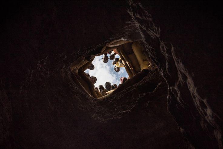 Un gruppo di minatori aspetta che tutti i compagni risalgano da un cunicolo della miniera d'oro del Sahel, una regione situata nel nord del Burkina Faso, al confine con il Mali, ottobre 2015. Ogni minatore risale trasportando sacchi di pietre che possono pesare fino a 50 chili. - (Giorgio Bianchi)