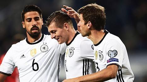 WM-Quali.: Deutschland - Tschechei 3.0 - Jubel nach Kroostreffer - Gemeinsam für Deutschland: Sami Khedira (li.), Toni Kroos (Mi.) und Thomas Müller