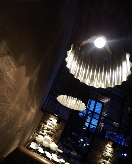 Διακοσμητικά κρεμαστά μεταλλικά φωτιστικά για café. Δείτε περισσότερα έργα μας στο  http://www.artease.gr/interior-design/emporikoi-xoroi/