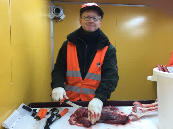 Ruuskanen leikkaa lihaa.