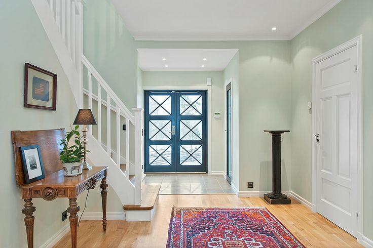 Lindö, massiv ytterdörr med spröjsade glas. Dörren går att få både som enkeldörr och pardörr.