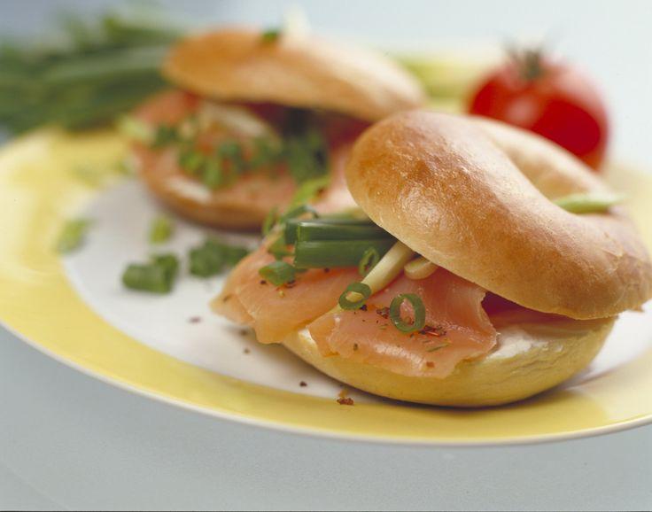 Sajtkrémes lazacos bagel - laktózmentes krémsajttal Igazi klasszikus a sajtkrémes lazacos bagel recept. Most már laktózérzékenyek is el tudják készíteni az új ARLA laktózmentes krémsajttal.