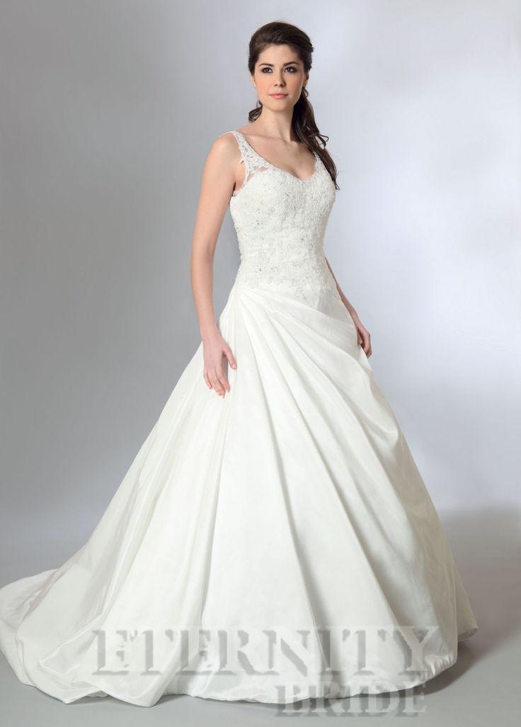Op voorraad in maat 40/42/44 www.bruidsmodemariska.nl trouwjurk met kant, mooi met bijvoorbeeld een Spaanse sluier