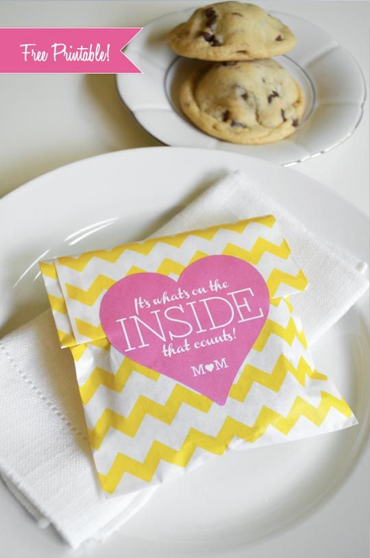 10 Edible Wedding Favor Ideas You Can Make at Home | eatwell101.com I like the idea of cookies in sleeves that match the wedding theme for cheap wedding favors. Idea: Bake the cookies before hand and freeze. Thaw out in time for stuffing sleeves for a low stress favor!