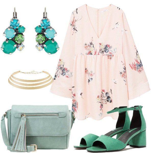 Il vestito ha le maniche a kimono in tenui colori, i sandali e la borsa verdi, gli orecchini di pietre dure e il girocollo dorato, danno a questo outfit un'allure romantica.